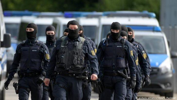 Almanya'da mülteci yurduna polis baskını