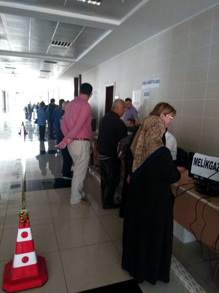 Kayserili seçmenler, imza için ilçe seçim kurullarında
