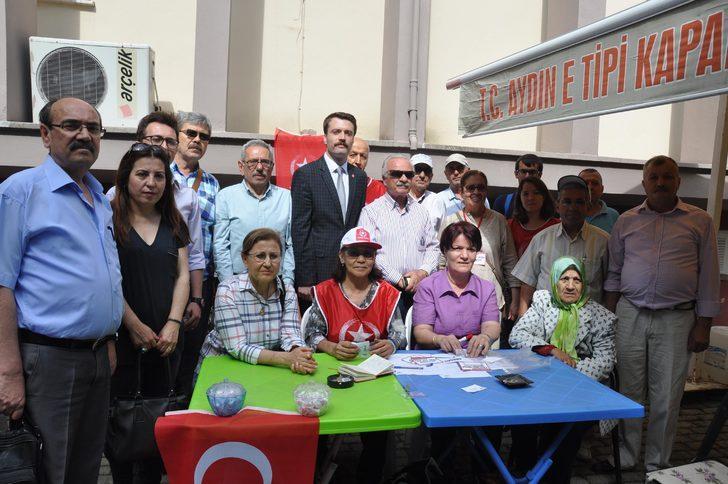 Aydın'da seçmenler, 100 bin imza için kuyrukta