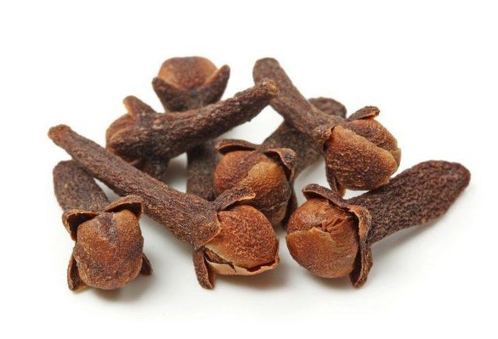 Sahur vaktinde karanfil, tarçın ya da yeşil çay yaprağı çiğneyin.