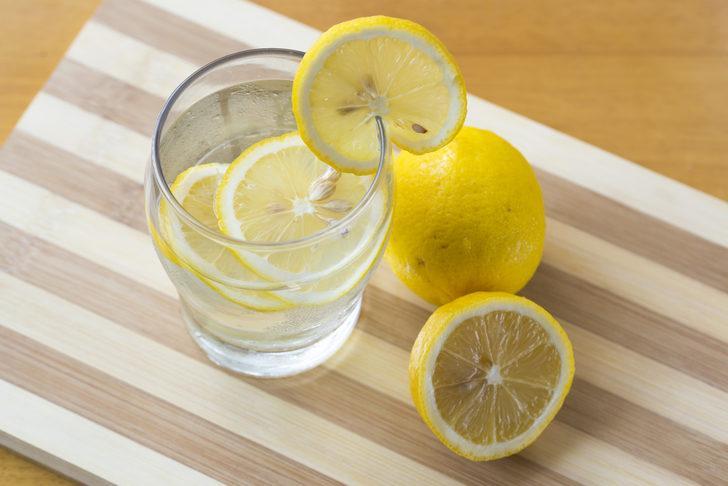 Yine sahur zamanı suya biraz limon damlatın veya limon suyu ile ağzınızı çalkalayın.