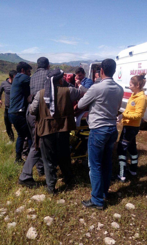 Ambulans gidemedi, sağlık ekipleri traktörle köylüleri taşıdı
