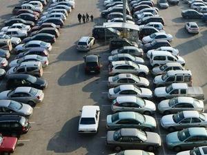 Sıfır otomobil satışlarını artırmak için uygulanan Özel Tüketim Vergisi (ÖTV) indirimi, ikinci el oto piyasasını durma noktasına getirdi. ÖTV indiriminin yeni yıldan itibaren 3 ay daha uzatılmasının sektörü iyice daralttığını belirten Bursa Oto Galericiler Odası Başkanı Hakan Yanık,