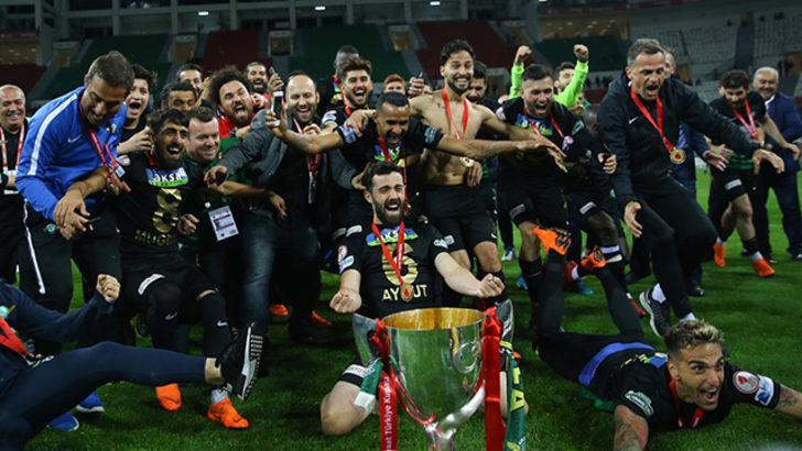 Akhisarsporlu futbolcular, Ziraat Türkiye Kupası şampiyonluğunu değerlendirdi!