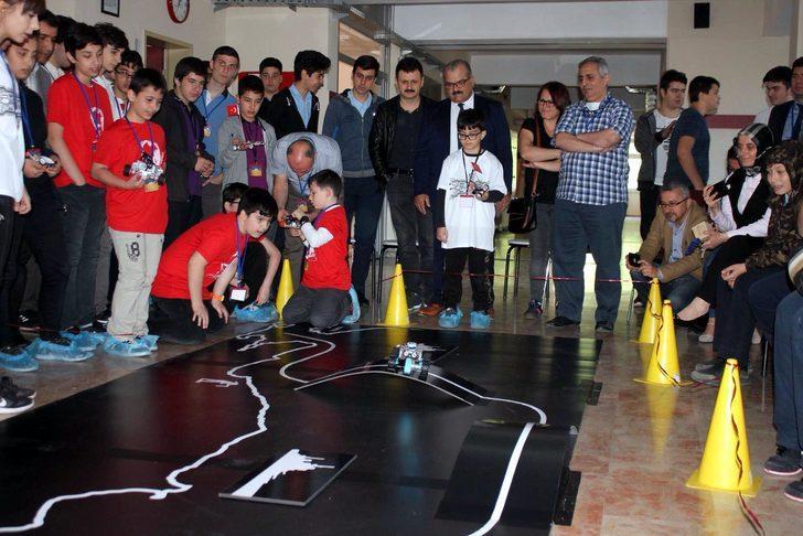 Türkiye haritası şeklinde hazırlanan pistte robotlarını yarıştırdılar