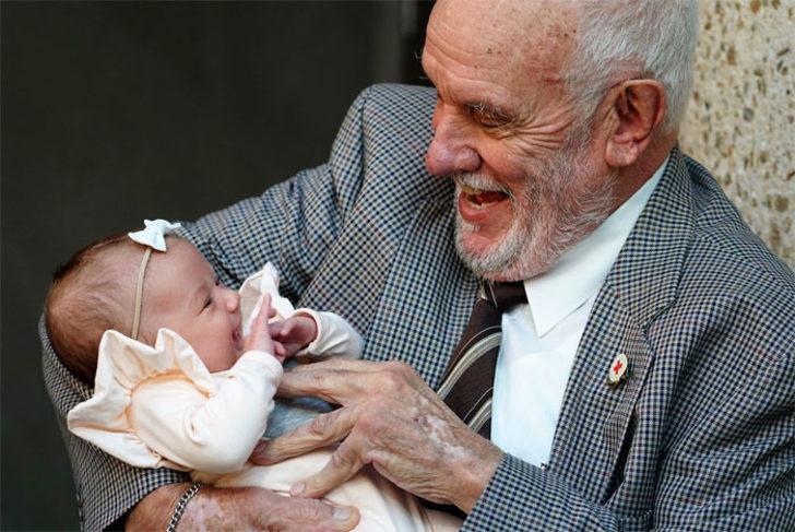 Dünyada iyi insanlar hala var!  60 yılda milyonlarca bebeğin hayatını kurtardı