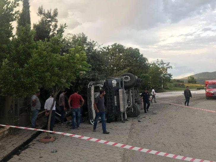 Pamukkale'de freni boşalan kamyon devrildi