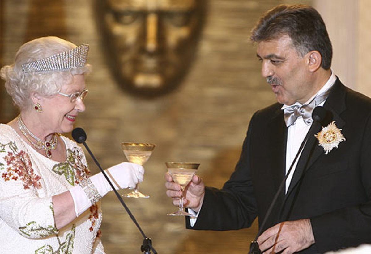 abdullah gül kraliçe elizabeth ile ilgili görsel sonucu