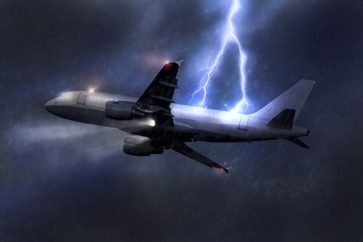İstanbul-Erzurum uçağına havada yıldırım çarptı!