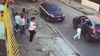 Hırsıza kendi elleriyle çanta verdiler