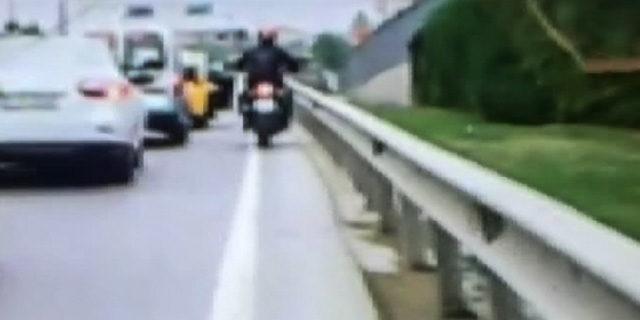 E-5'in ortasında taksiden inmek için kapıyı açtı, motosikletli sürücü ölümden döndü