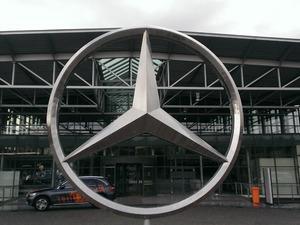 Alman otomobil üreticisi Volkswagen'in (VW) ürettiği araçlarda ortaya çıkan emisyon manipülasyon skandalı şimdi de Mercedes'e sıçradı. Mercedes, C ve GLD serilerinde emisyon değerleri gerçeği yansıtmadığı için 600 bin civarında aracı geri çağıracak.