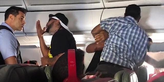 Sarhoş yolcu uçağı birbirine kattı