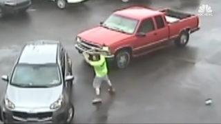 Trafikte dehşet saçtı! Balyozla saldırdı