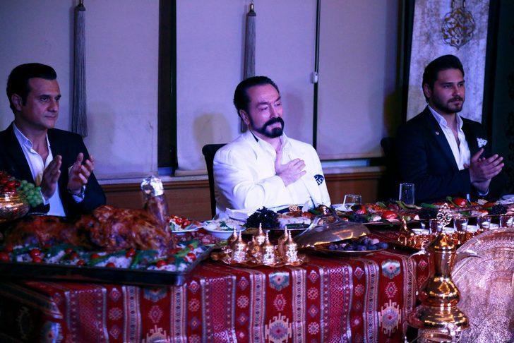 Adnan Oktar'ın sıra gecesinde Mustafa Keser ve Latif Doğan sahnede