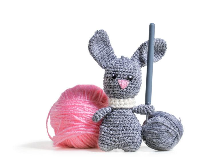 Bebeğiniz için en tatlı oyuncak yün örgü tavşan yapımı