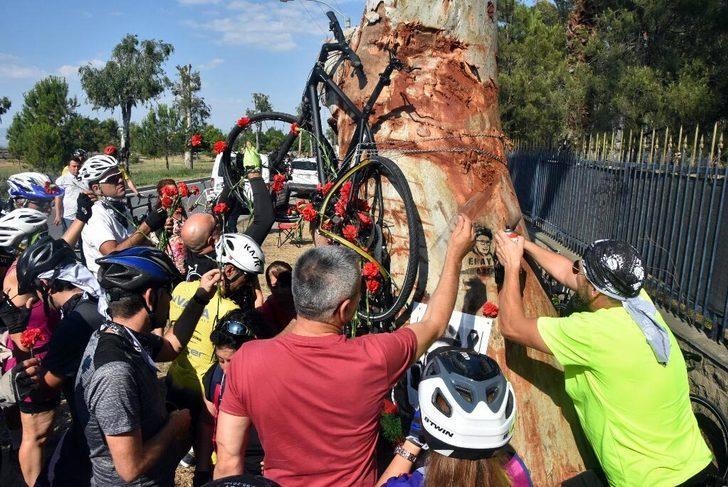 Kazada ölen Eray'ın ağaca bağlanan bisikletine karanfil taktılar