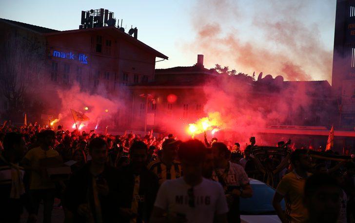 Fenerbahçe'de gerçekleşen olağan seçimli genel kurulda Aziz Yıldırım'a karşı büyük üstünlük kurarak başkan seçilen Ali Koç için taraftarlar stada akın etti.