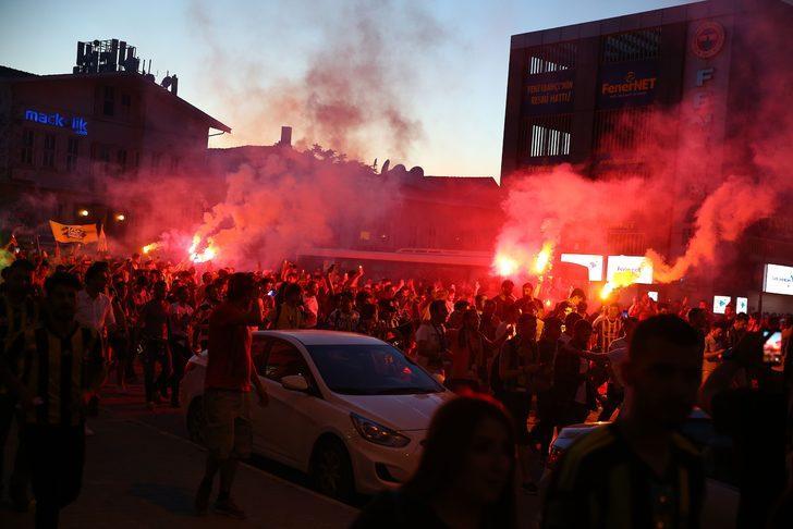 Ali Koç'un başkan seçilmesinin ardından sarı-lacivertli taraftarlar, Ülker Stadyumu'na akın etti.