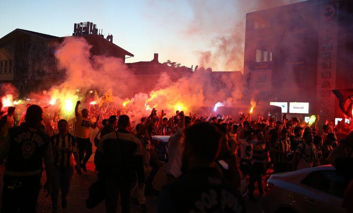 Yaklaşık 5 bin Fenerbahçe taraftarı, Ülker Stadyumu çevresinde meşaleler yakarak, Ali Koç tezahüratları yaptı.