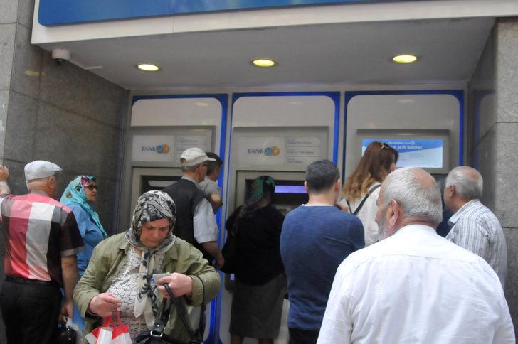 Emekliler bayram ikramiyesi için ATM'lere koştu