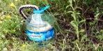 2 metrelik yılan, balığı avlamak isterken avlandı... Yılanın şişe içindeki balığı yeme mücadelesi kamerada