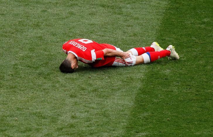 Rusya - Suudi Arabistan maçında sakatlanan Dzagoev oyuna devam edemedi!