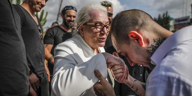 Tahliye olan Ezhel'i hayranları cezaevi önünde karşıladı