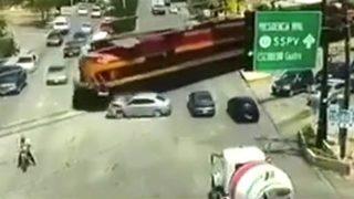 Raylara giren araca tren çarptı