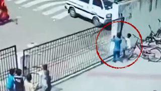 Okul kapısı çocuğun üzerine devrildi