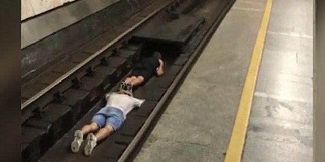 Böyle çılgınlık görülmedi! Gelen metronun önünde raylara yattılar