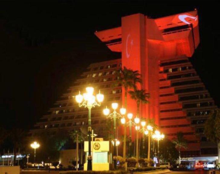 Katar'daki Sheraton Oteli Türk bayrağıyla aydınlatıldı ile ilgili görsel sonucu