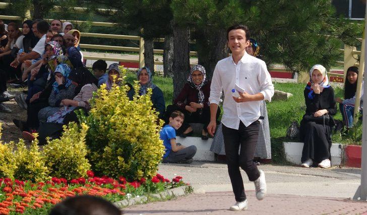 Ehliyeti ile YKS'ye giremeyen öğrencinin yardımına polis koştu