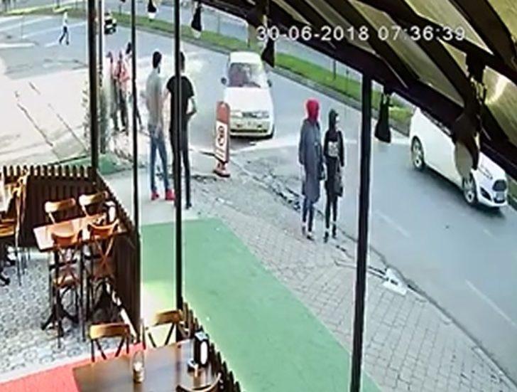 Otomobilin kaldırımdaki 2 kadına çarptığı kaza kamerada