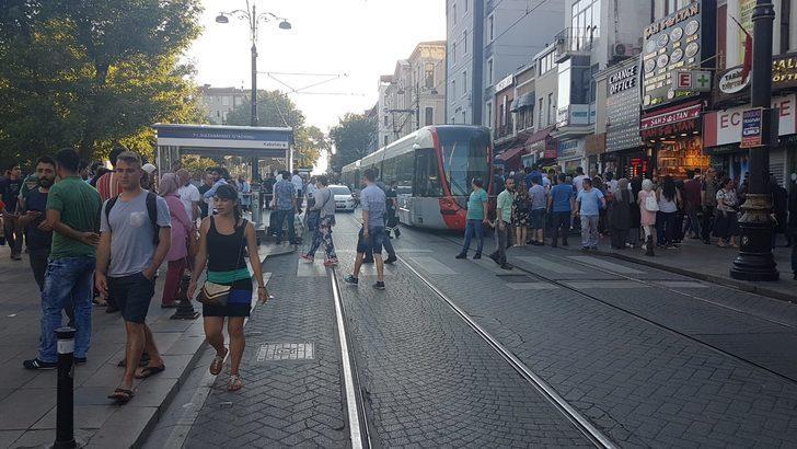 Sultanahmet'te tramvay raydan çıktı; seferler bir süre yapılamadı (2)
