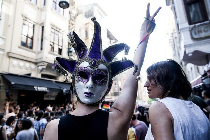 İstanbul'da LGBTİ üyelerinin 'Onur Yürüyüşü'ne polis müdahalesi