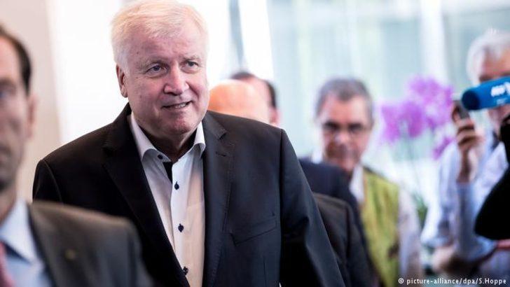Almanya İçişleri Bakanı Seehofer istifa ediyor