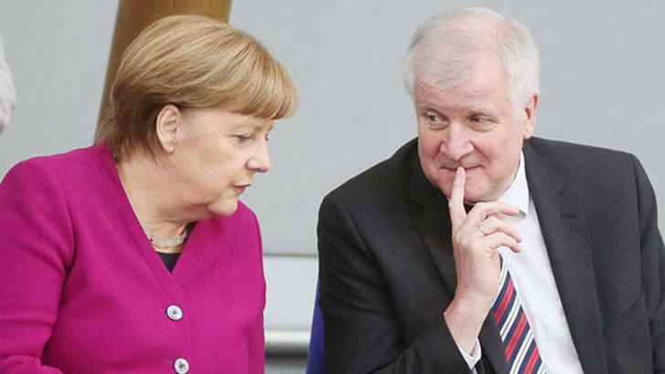 Almanya İçişleri Bakanı Seehofer istifa etti