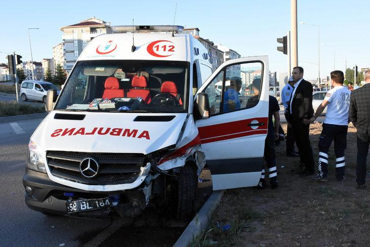 Hasta taşıyan ambulans kaza yaptı: 2 yaralı