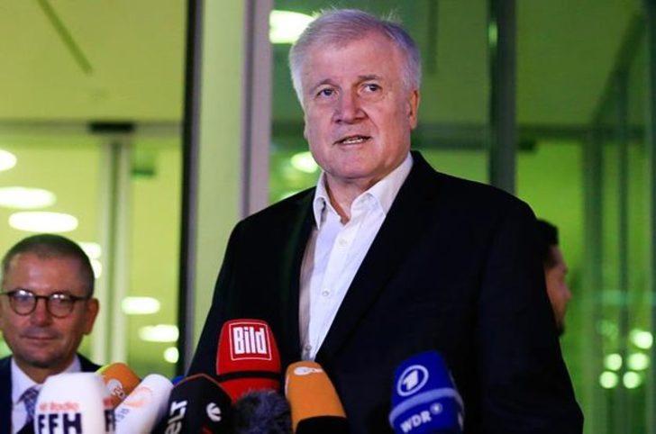 Almanya İçişleri Bakanı istifasını geri çekti!