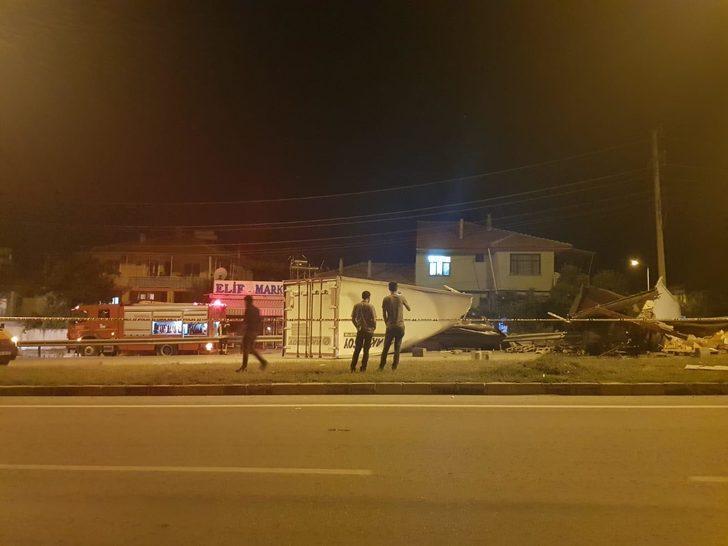 TIR devrildi; şoför ve 4 çocuğu yara almadan kurtuldu