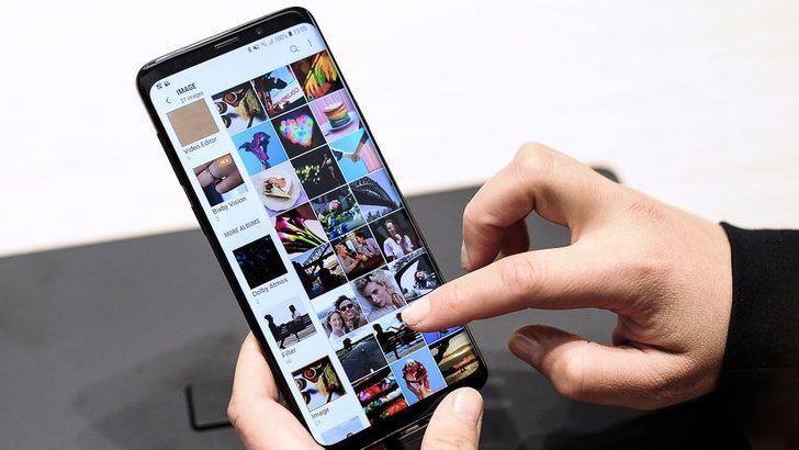 Samsung S8 ve S9 telefonlar rehberdekilere 'rastgele fotoğraf gönderiyor'