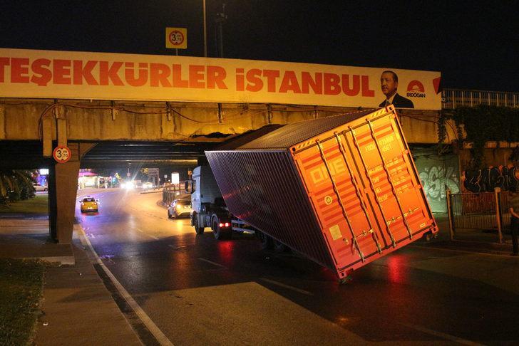 Unkapanı Köprüsü'ne sıkışan TIR'ın dorsesi yan yattı (geniş haber)