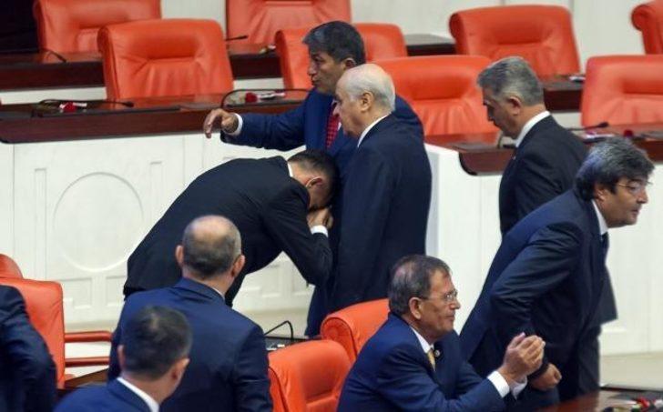 İYİ Parti milletvekili Hayati Arkaz, Devlet Bahçeli'nin elini öptü
