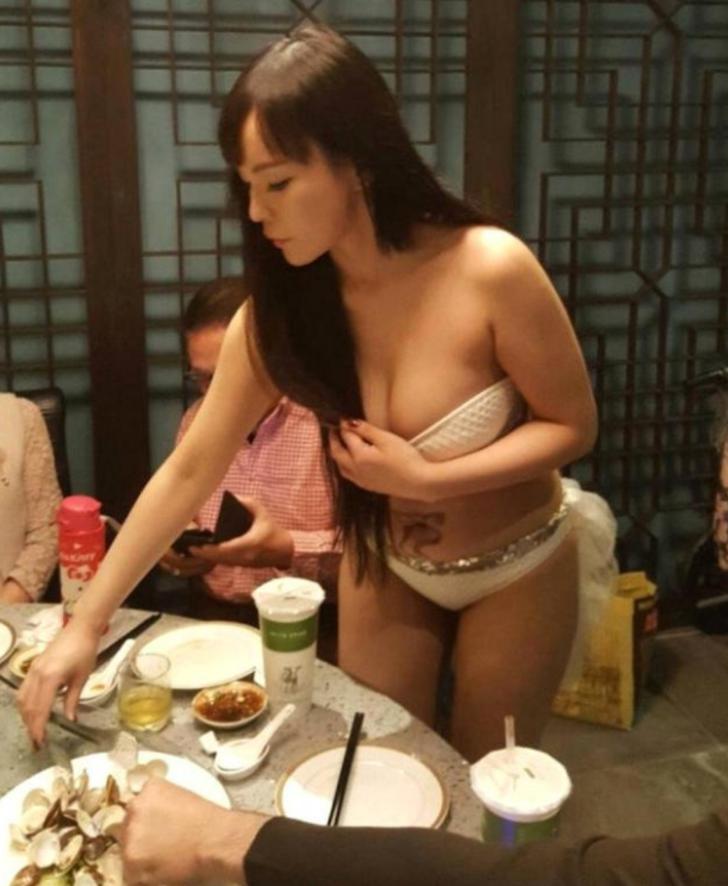 Tayvan'da yeni açılan bir restorana bikinili kızlar garson olarak işe alındı