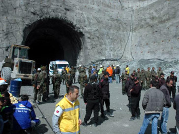 Baraj inşaatında toprak kayması: 1 ölü