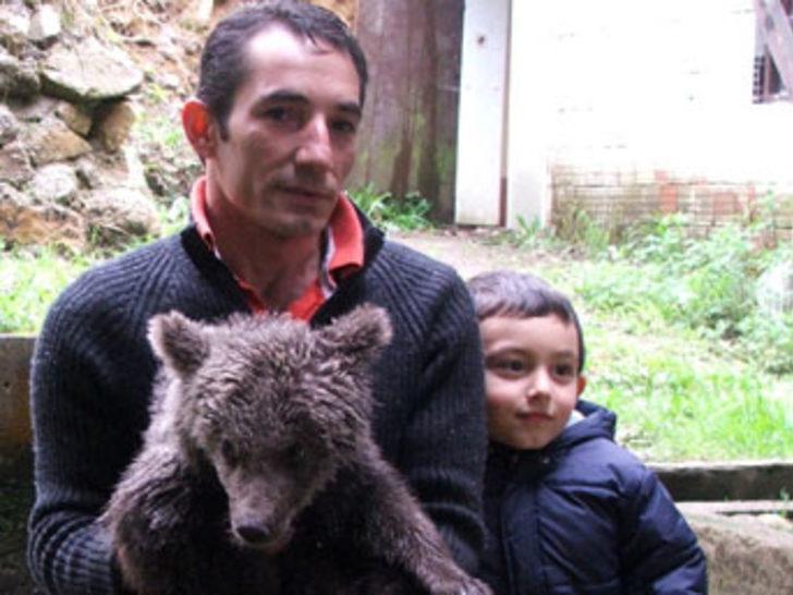 Yavru ayıyı domuzdan kurtardı