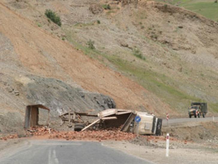 Tuğla yüklü kamyon mayına çarptı: 2 yaralı