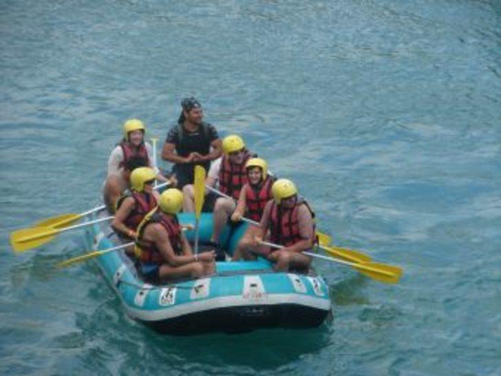 Ruslar ve Alman turistler rekabeti raftingde de sürüyor