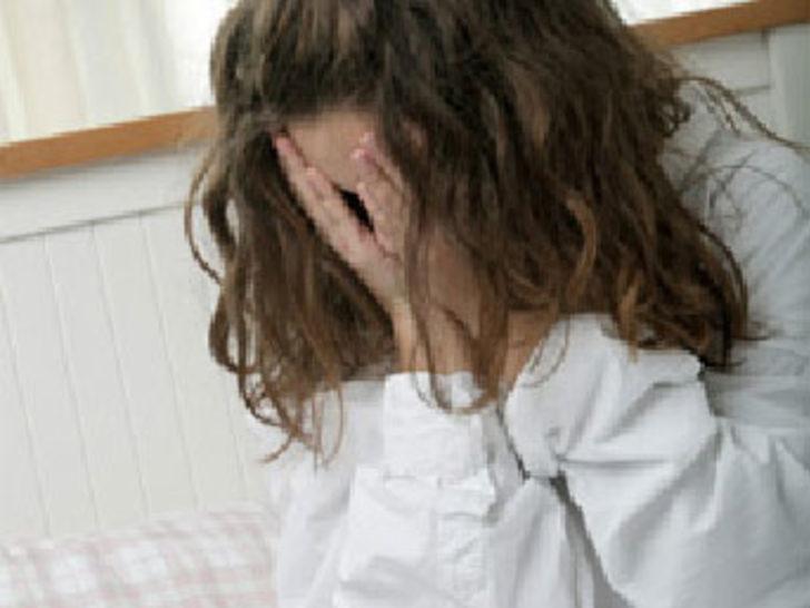 Öz kızını taciz edip porno izletti